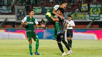 Persebaya selebrasi setelah memenangi Liga 1 U-20 2019 dengan mengalahkan Barito Putera di Stadion Kapten I Wayan Dipta, Gianyar, Sabtu (12/10/2019). (Bola.com/Dok. Persebaya)