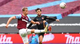 Gelandang Manchester City, Bernardo Silva, berebut bola dengan gelandang gawang West Ham United, Tomas Soucek, pada laga lanjutan Liga Inggris di London Stadium, Sabtu (24/10/2020) malam WIB. Manchester City imbang 1-1 lawan West Ham. (AFP/Justin Tallis/pool)