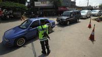 Prajurit TNI AD mengatur kendaraan saat pola buka tutup diberkakuan pada ruas tol fungsional Bogor-Sukabumi di Cicurug, Sukabumi (16/6). Kemacetan terjadi sepanjang lebih dari lima kilometer pada jalan arteri Ciawi-Sukabumi. (Merdeka.com/Arie Basuki)