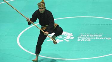 Pesilat Indonesia Sugianto tampil dalam babak final tunggal putra pencak silat seni Asian Games 2018 di Padepokan Pencak Silat TMII, Jakarta, Rabu (29/8). Sugianto berhasil meraih emas dengan nilai tertinggi 471 (ANTARA FOTO/INASGOC/Melvinas Priananda)