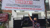 Spanduk warga tolak pemudik yang kembali dari kampung halaman tanpa bawa surat bebas Covid-19. (Liputan6.com/Muhammad Radityo Priyasmoro)