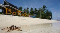 Pulau Bokori, salah satu pulau wisata di bibir teluk Kendari yang menjadi idola baru wisatawan (Frans Patadungan)