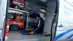 Petugas montir mengecek kesiapan Alat teknisi buat kendaraan Mobil, Jakarta, Jumat (16/6). Lebaran Rescue juga memiliki layanan khusus yang memadukan posko service 24 jam dan bengkel siaga. (Liputan6.com/Helmi Afandi)
