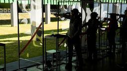 Renata Cervenkova dari Ceko (tengah) bersiap menembak saat mengikuti kualifikasi kejuaraan tembak wanita pistol 25m di Olimpiade Eropa 2019 di Minsk (25/6/2019). Pesta Olahraga Eropa ke-2 2019 di Minsk, Belarus dimulai dari 21 Juni sampai 30 Juni 2019. (AFP Photo/Kirill Kudryavtsev)