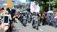 Warga menyapa Presiden Joko Widodo atau Jokowi saat mengendarai motor Chopper di Sukabumi, Jawa Barat, Minggu (8/4). Jokowi tampil seperti layaknya anak muda. (Liputan6.com/Pool/Biro Pers Setpres)