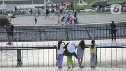 Warga saat menghabiskan waktu untuk menunggu berbuka puasa di Waduk Mookervart di Kalideres, Jakarta Barat, Minggu (9/5/2021). Waduk Mookervart tersebut dimanfaatkan oleh warga sekitar untuk ngabuburit atau menunggu waktu berbuka puasa tiba. (Liputan6.com/Angga Yuniar)