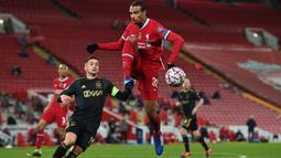 Joel Matip bernasib sama seperti Virgil van Dijk yang mengalami cedera hingga berbulan-bulan. Mereka berdua merupakan salah satu kunci sukses Liverpool kala menyabet titel Liga Inggris musim 2019/2020. Pada laga perdananya, ia berhasil membuat gawang liverpool nir gol. (Foto: AFP/Paul Ellis)