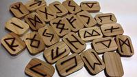 Lihatlah pesan apa yang hendak disampaikan oleh semesta atas pilihan alfabet Rune Anda.
