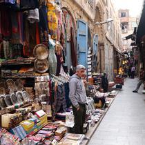 Sejumlah kios terlihat di pasar Khan el-Khalili di Kairo, Mesir (16/2/2020). Tak lagi dipadati wisatawan asing, pasar Khan el-Khalili yang telah ada selama berabad-abad di Kairo Tua ikut terpukul sejak penerbangan dari dan menuju China ditangguhkan awal Februari akibat COVID-19. (Xinhua/Ahmed Gomaa)