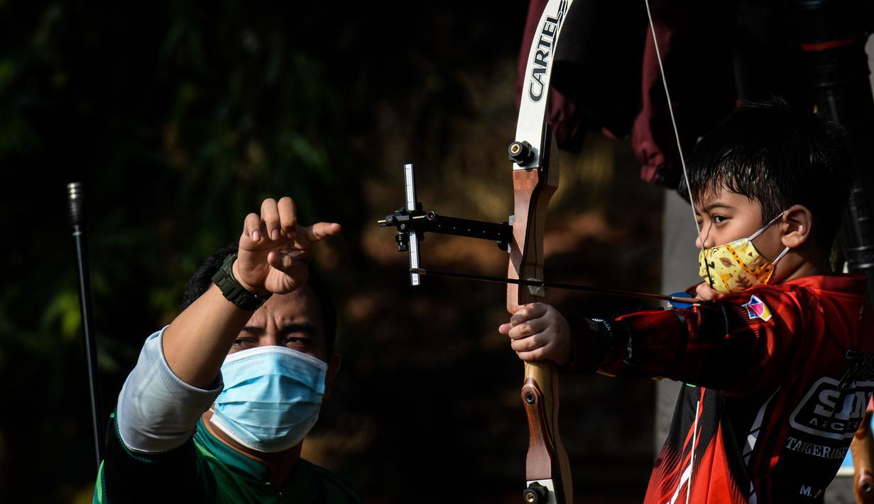 Seorang anak laki-laki berpartisipasi dalam latihan memanah yang diadakan SAN Archery Club di Desa Ciater, Tangerang Selatan (9/8/2020). SAN Archery Club dibuka kembali bagi anggotanya untuk berlatih kembali dengan mengikuti protokol kesehatan di tengah wabah COVID-19. (Agung Kuncahya B./Xinhua)