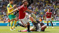 Gelandang Manchester United, Juan Mata, mencetak gol ke gawang Norwich City pada laga Premier League di Carrow Road, Norwich, Sabtu (7/5/2016). (Reuters/John Sibley)