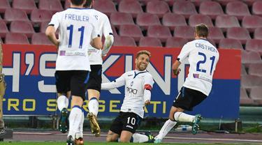 Para pemain Atalanta merayakan gol Alejandro Gomez (tengah) ke gawang Napoli pada laga perempat final Coppa Italia di San Paolo stadium, Naples, (2/1/2018). Napoli kalah dari Atalanta 1-2. (Ciro Fusco/ANSA via AP)
