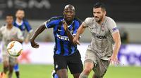 Striker Inter Milan, Romelu Lukaku, berebut bola dengan pemain Shakhtar Donetsk, Davit Khocholava, pada laga semifinal Liga Europa di Merkur Spiel-Arena, Selasa (18/8/2020). Inter Milan menang dengan skor 5-0. (Sascha Steinbach, Pool via AP)