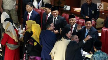 Ketua DPR Bambang Soesatyo (tengah) didampingi Wakil Ketua DPR Utut Adiyanto (kiri), Fadli Zon (kedua kiri), Fahri Hamzah (kanan), dan Agus Hermanto (kedua kanan) foto bersama dalam rapat paripurna terakhir masa kepemimpinan periode 2014-2019 di Jakarta, Senin (30/9/2019). (Liputan6.com/JohanTallo)