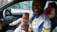 Jacksen F. Tiago bersama sang putra. (Bola.com/Zaidan Nazarul)