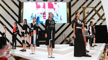 Model membawakan busana koleksi Rinda Salmun saat penutup Fashion Nation Tenth Edition (FNX) di Senayan City, Jakarta, Sabtu (23/4).Rinda Salmun hadir memberikan nuansa girly dengan warna-warna ceria. (Liputan6.com/Angga Yuniar)