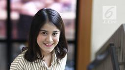 "Penyanyi Ashira Zamita tersenyum saat pemotretan di kantor KLY, Gondagdia, Jakarta, Senin (1/10). Single ""Ku Cinta Nanti"", karya pencipta lagu Bemby Noor bergenre sweet pop. (Liputan6.com/Herman Zakharia)"