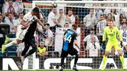 Pemain Real Madrid Casemiro (kiri) mencetak gol ke gawang Club Brugge pada laga Liga Champions di Stadion Santiago Bernabeu, Madrid, Spanyol, Selasa (1/10/2019). Pertandingan berakhir 2-2. (AP Photo/Bernat Armangue)