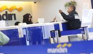 Nasabah melakukan transaksi di cabang Bank Mandiri Pertamina UPMS III, Jakarta, Rabu (28/6). Bank Mandiri memberikan layanan perbankan terbatas kepada nasabah secara bergantian pada musim liburan Idul Fitri 26-30 Juni 2017.(Www.sulawesita.com)