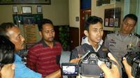 Salah seorang pedagang pasar di Kabupaten Indramayu Jawa Barat diamankan petugas polisi beberapa jam setelah memposting ulang informasi hoax yang didapat dari akun facebook milik orang lain. (Liputan6.com / Panji Prayitno)