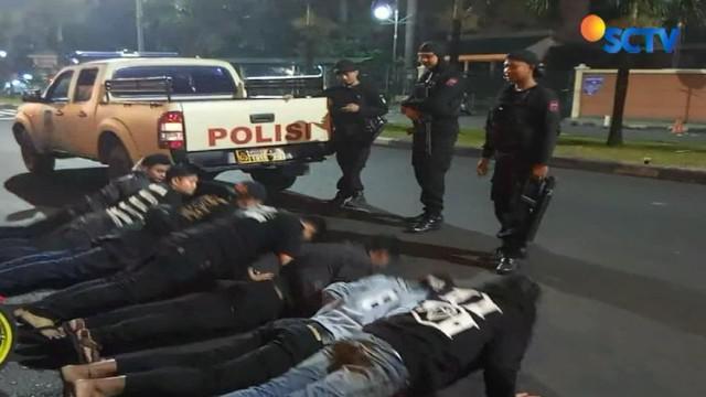 Beberapa remaja yang tak sempat melarikan diri mendapat hukuman disiplin berupa push up 30 kali.