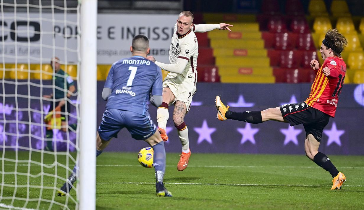 Bek AS Roma, Rick Karsdorp melakukan tendangan ke arah gawang Benevento dalam lanjutan Liga Italia di Stadio Ciro Vigorito, Senin (22/2/2021) dini hari WIB. AS Roma ditahan imbang 0-0 kala melawat ke markas Benevento. (Fabio Rossi/LaPresse via AP)