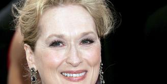 Aktris senior asal Amerika, Meryl Streep tetap cantik meski di usia senja. Potret ini menunjukan Meryl Streep saat di karpet merah Academy Awards tahun 2006. (Bintang/EPA)