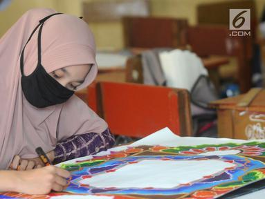 Peserta membuat kaligrafi kategori mushaf Alquran pada lomba MTQ Tingkat Kota Tangerang Selatan, Banten, Selasa (18/9). Tiga katagori yang dilombakan adalah kaligrafi mushaf Alquran, naskah, dan kontemporer. (Merdeka.com/Arie Basuki)