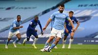 Sergio Aguero membuang kesempatan mencetak gol ke gawang Chelsea setelah bola tendangan penalti gaya panenka yang dilakukannya berhasil dijinakkan Edouard Mendy. (AFP/Shaun Botterill)