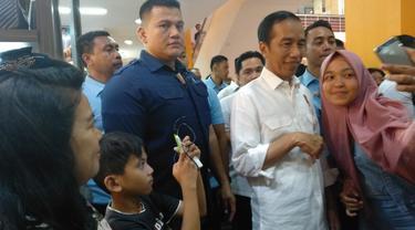 Presiden Jokowi menyapa masyarakat yang mengunjungi mal WTC Batanghari. (Liputan6.com/Hanz Jimenez Salim)