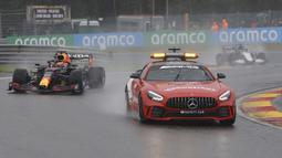 Tak kunjung membaik, Race Director akhirnya memutuskan untuk kembali balapan setelah lebih dari tiga jam tertunda. Semua pembalap akhirnya bisa kembali melakukan balapan dengan panduan safety car. (Foto: AP/Francisco Seco)