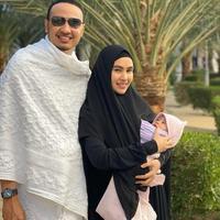 Kartika Putri dan Habib Usman selama di Mekkah bersama anak pertama mereka.(Instagram @kartikaputriworld)