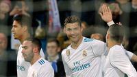 Cristiano Ronaldo merayakan gol bersama rekan setimnya saat melawan Girona dalam pertandingan La Liga Spanyol di stadion Santiago Bernabeu di Madrid (18/3). Kemenangan ini memantapkan Real Madrid di posisi ketiga dengan 60 poin. (AP Photo / Paul White)
