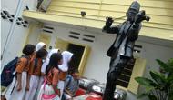 Saat pelajar SDN Tambaksari I saat mengunjungi museum WR Soepratman. (Totok/suarasurabaya.net)
