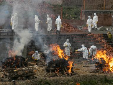 Pria Nepal mengkremasi jenazah korban COVID-19 sementara yang lain memperluas krematorium saat jumlah kematian meningkat di dekat kuil Pashupatinath di Kathmandu, Rabu (5/5/2021). Nepal kewalahan oleh lonjakan Covid-19 ketika wabah India menyebar ke seluruh Asia Selatan. (AP Photo/Niranjan Shrestha)