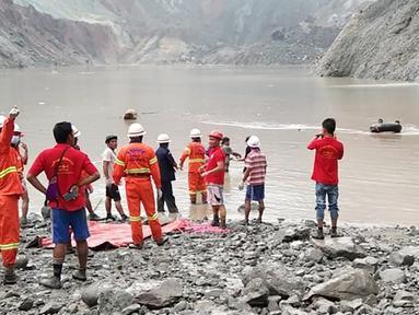 Tim penyelamat berusaha menemukan korban selamat setelah tanah longsor melanda tambang batu giok di Hpakant, Kachin, Myanmar, Kamis (2/7/2020). Sebanyak 50 jenazah penambang berhasil dievakuasi dari dalam lumpur setelah longsor terjadi. (Handout/MYANMAR FIRE SERVICES DEPARTMENT/AFP)