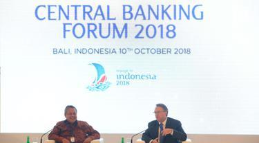Gubernur BI Perry Warjiyo dan Gubernur Bank Sentral AS (Federal Reserve) Wilayah New York John C. Williams menjawab pertanyaan peserta dalam sesi Central Banking Forum 2018 pada IMF-WB Group 2018 di Bali, Rabu (10/10). (Liputan6.com/Angga Yuniar)