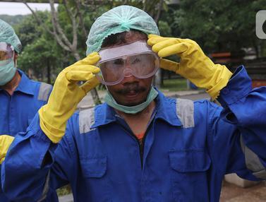 Aksi Petugas Semprotkan Disinfektan Cegah COVID-19 di TMII