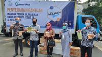 Direktur Jenderal PDSPKP, Artati Widiarti saat menyerahkan bantuan di Kota Bogor, Jumat (16/7/2021).