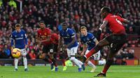 Gelandang Manchester United (MU) Paul Pogba mengeksekusi penalti pada laga melawan Everton di Old Trafford, Minggu (28/10/2018). (AFP/Paul Ellis)