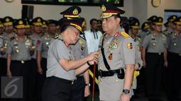 Kapolri Jenderal Pol Tito Karnavian (kiri) memasang tanda jabatan pada Komjen Pol Syafruddin sebagai Wakapolri di Mabes Polri, Jakarta, Sabtu (10/9). Komjen Pol Syafruddin menggantikan Budi Gunawan yang menjadi Ka BIN . (Liputan6.com/Helmi Fithriansyah)