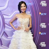Jessica Mila tampil layaknya putri cantik saat menghadiri ajang SCTV Awards 2015 dengan mengenakan gaun putih pendek. Tak lupa aksesoris berupa anting-anting, gelang, dan cincin yang mempermanis penampilannya malam itu. (Deki Prayoga/Bintang.com)
