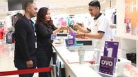 Corporate PR Managee Lippo Malls Indonesia, Nidia N Ichsan dan Sr. Branding Manager Aji Wicaksono saat menggunakan aplikasi OVO untuk bertransaksi pembayaran digital di Plaza Semanggi, Jakarta, Jumat (8/12). (Liputan6.com/Angga Yuniar)