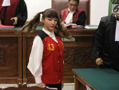 Aktris Roro Fitria mengikuti sidang lanjutan kasus kepemilikan narkoba di PN Jakarta Selatan, Kamis (12/7). Roro tampil dengan rambut dikuncir dua. (Liputan6.com/Faizal Fanani)