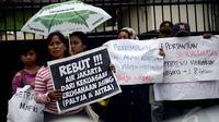 Massa dari Koalisi Masyarakarat Menolak Swastanisasi Air Jakarta mendesak Pemerintah DKI melakukan pemutusan kontrak sepihak dengan PT. Palyja dan PT. Aetra terkait swastanisasi air, Selasa (13/1/2015). (Liputan6.com/Faizal Fanani)