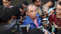 Anggota majelis tinggi Partai Demokrat Max Sopacua memberi keterangan kepada awak media seusai melakukan pertemuan tertutup di kediaman Ketum Partai Demokrat di kawasan Kuningan, Jakarta, Senin (9/7). (Liputan6.com/Herman Zakharia)