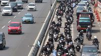 Konvoi buruh menggunakan sepeda motor melintas di Jalan Gatot Soebroto, Jakarta, Selasa (1/5). Ribuan buruh dari berbagai elemen memperingati perayaan Hari Buruh untuk menyampaikan aspirasi di sejumlah titik di Ibukota. (Liputan6.com/Immanuel Antonius)