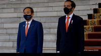 PM Suga bersama dengan Presiden Jokowi mengikuti prosesi upacara penyambutan. (Screenshot Youtube Sekretariat Presiden)