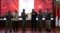 Komandan Korps Brimob Polri Irjen Anang Revandoko menerima Sertifikat Hak Kekayaan Intelektual hasil 91 karya yang diciptakan di lingkungan Korps Brimob Polri dari Menteri Hukum dan Hak Asasi Manusia (Menkumham) Yasonna H Laoly. (dok. Korbrimob Polri)