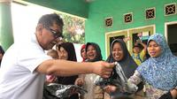 Deddy Mizwar, pemain dan produser sinetron Para Pencari Tuhan Jilid 12 bagi-bagi kaos, Jumat (10/5/2019) di Bekasi (Dok SCTV)